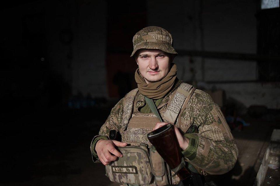 Тарас Чмут — учасник АТО, у 2015—2017 роках служив у морській піхоті, засновник «Українського мілітарного порталу». В листопаді 2020 року очолив фонд «Повернись живим»