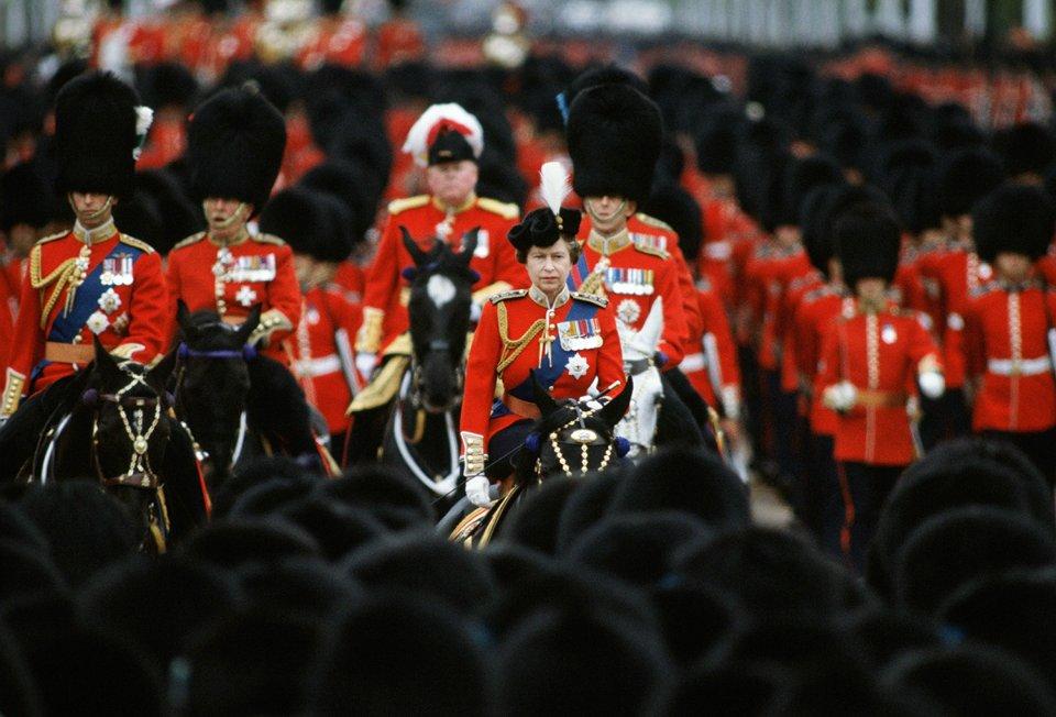 Королева верхи на коні під час святкування офіційного дня народження в 1983 році / Getty images