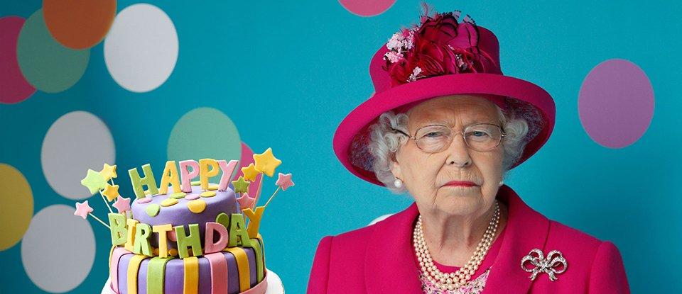Королева з лебедями, але без паспорта. Чому Єлизавета ІІ царює, проте не править