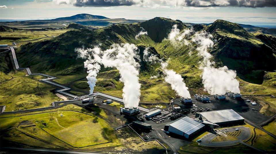 Це геотермальна електростанція в Ісландії, яка витягує СО2 з повітря, а потім ховає його під землею, де він мінералізується у вулканічних породах