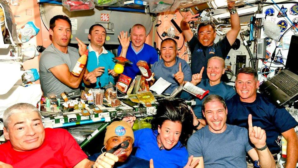 11 астронавтів МКС зібралися на спільну вечерю