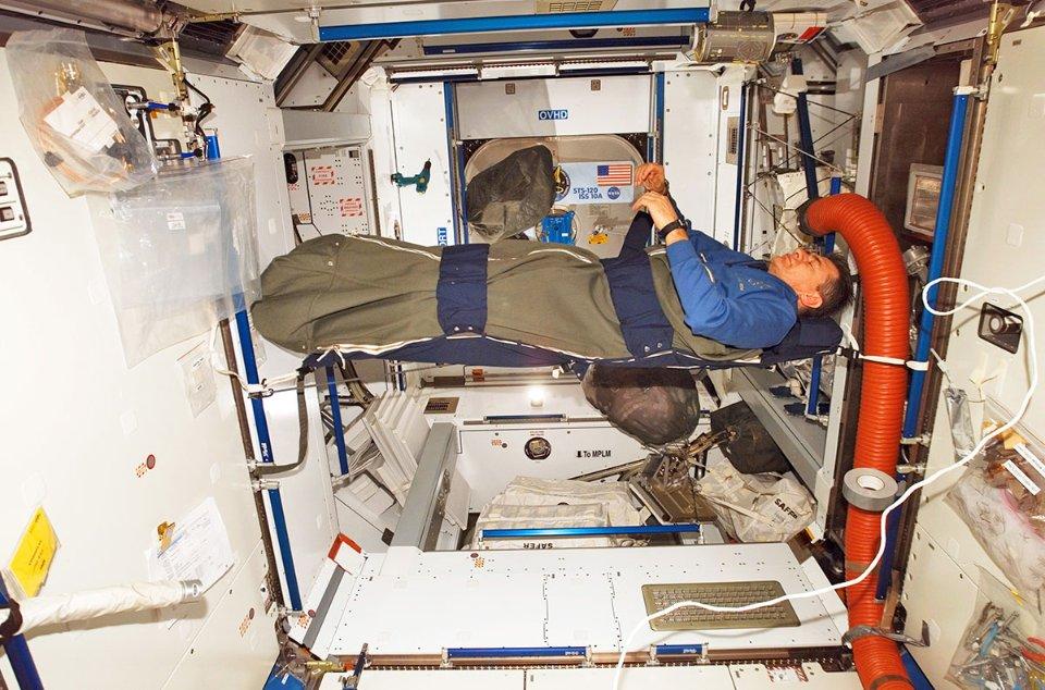 Зазвичай астронавти сплять у тісних кімнатах, та інколи це доводиться робити де вдасться