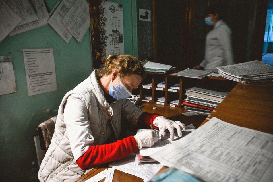 Зарплати лікарів у державних закладах далекі від ринку / Getty images