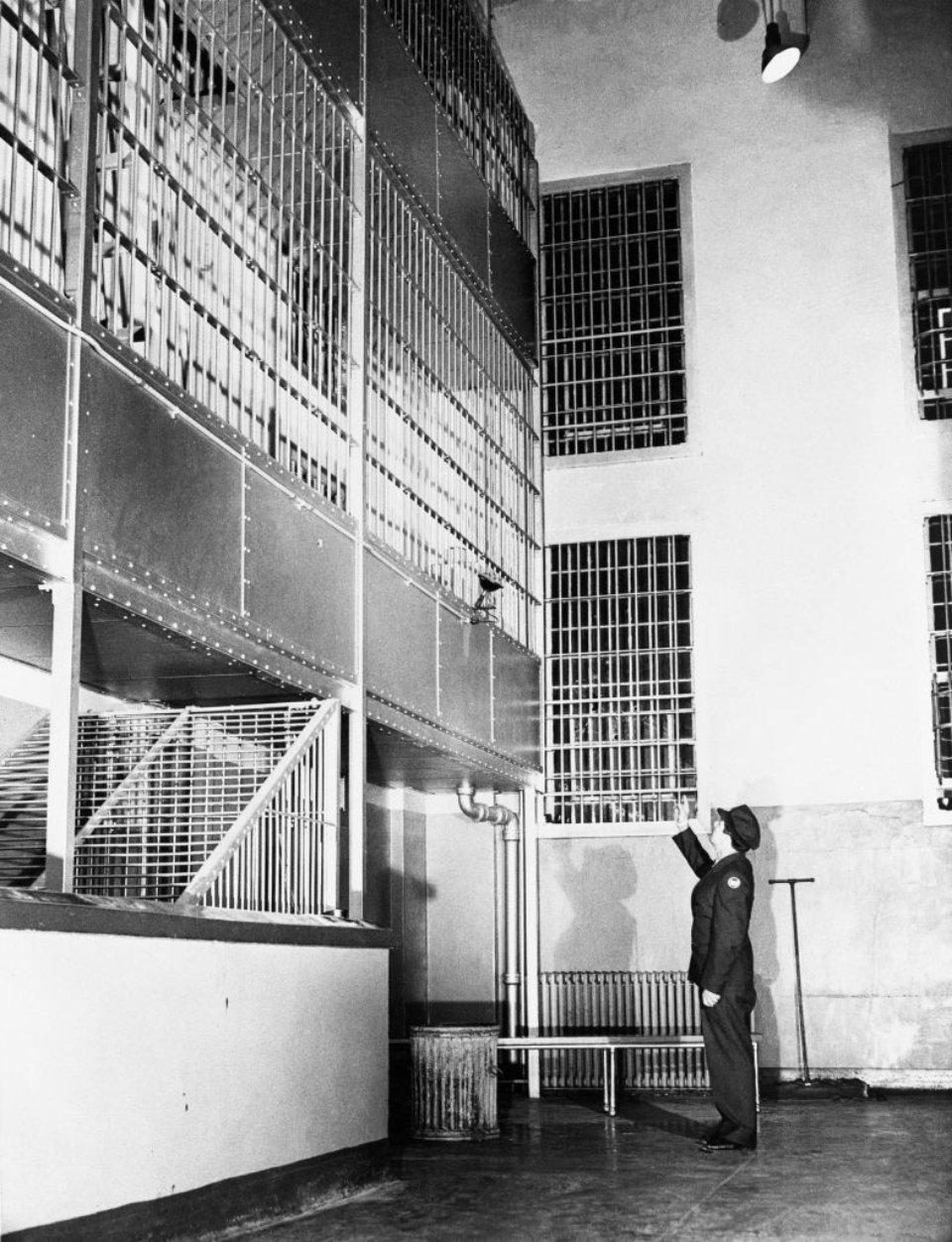 Охоронець вказує на місце, де ув'язнений дістався до зброї / Getty Images