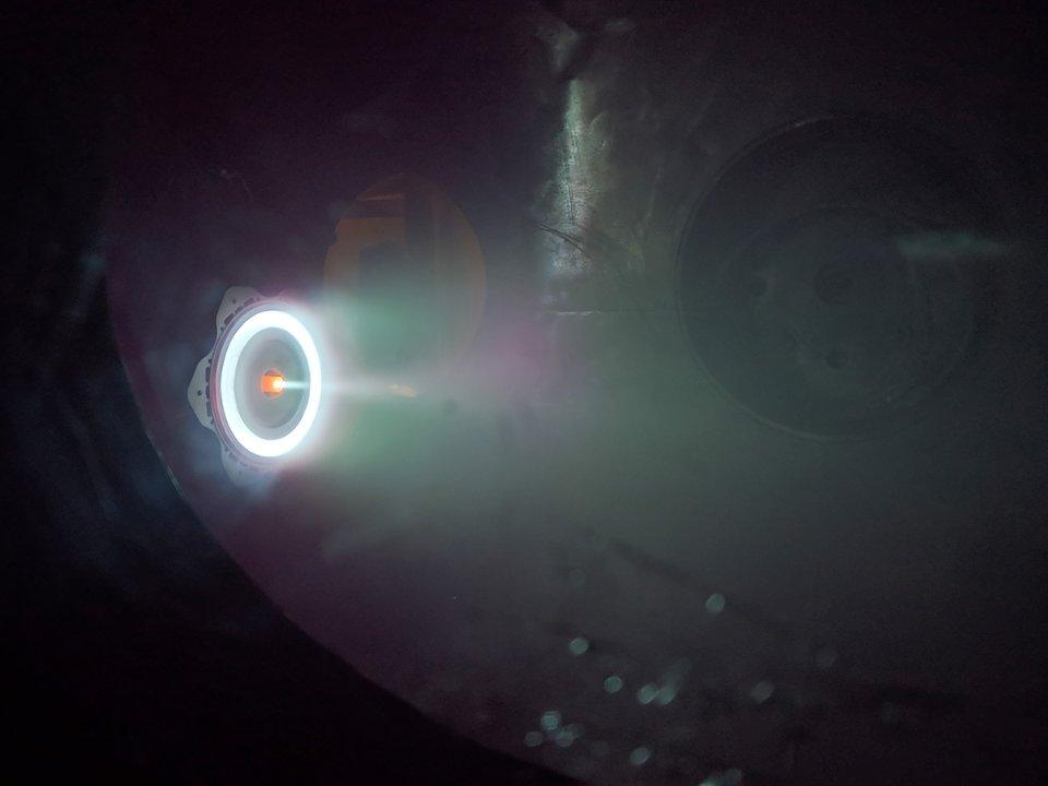 Блакитний ореол іонно-плазмового двигуна створюють позитивно заряджені іони, що вилітають з величезною швидкістю