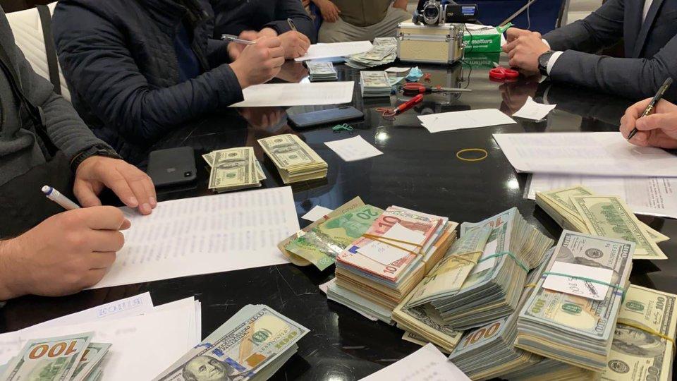 Виявлені під час обшуків гроші / Київська міська прокуратура