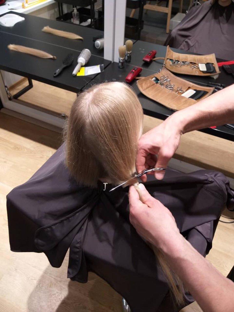 Волонтерка віддає волосся для онкохворих дітей