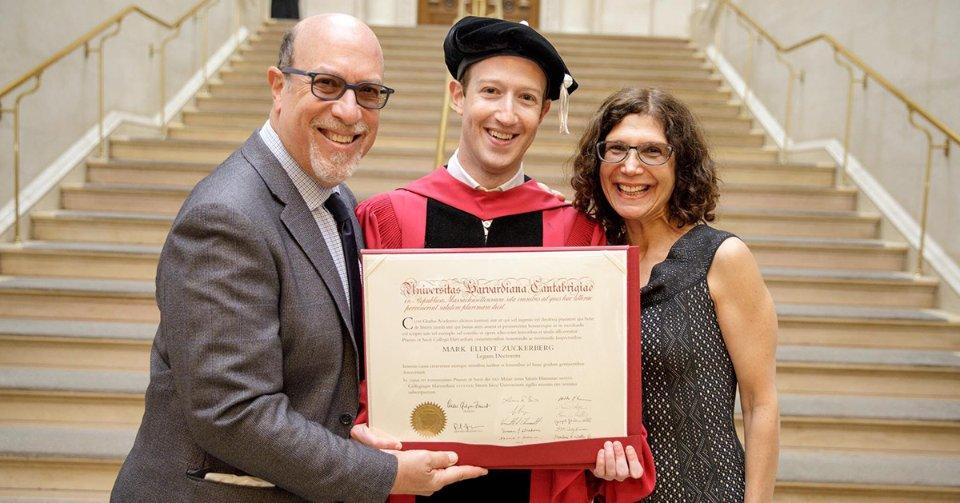 Із батьками після закінчення Гарварду