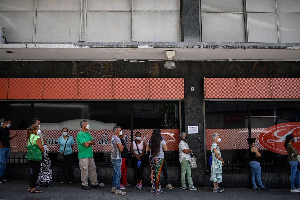 Венесуельці в черзі до супермаркету в Каракасі / Getty Images