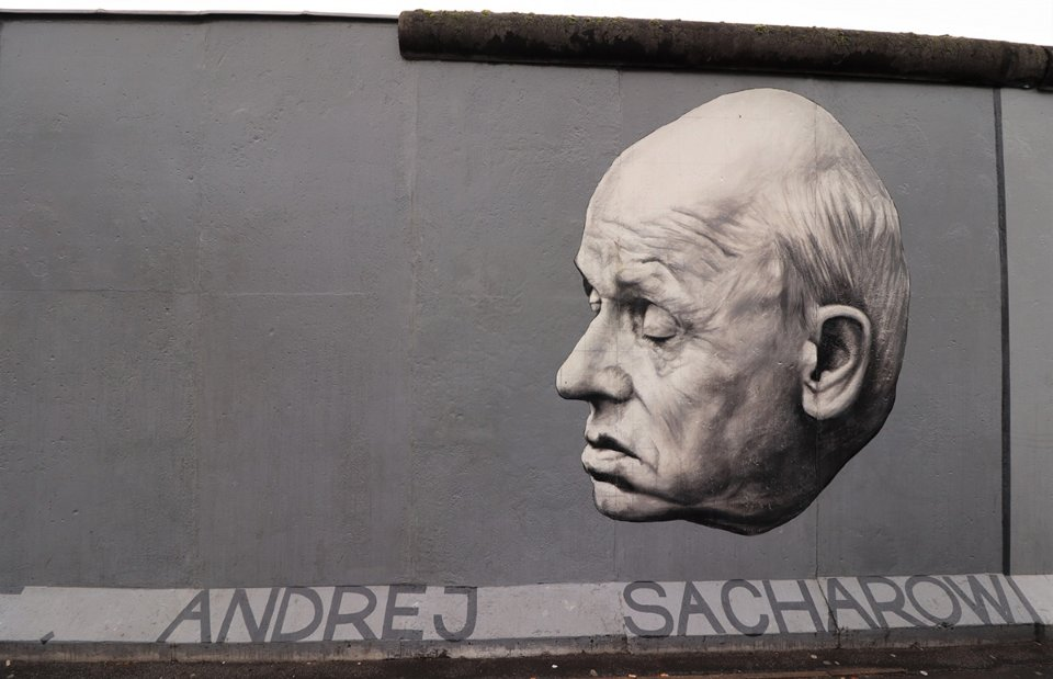 Пам'ятний барельєф на Берлінській стіні