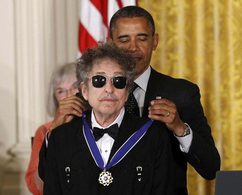 Барак Обама нагороджує Ділана Президентською нагородою свободи
