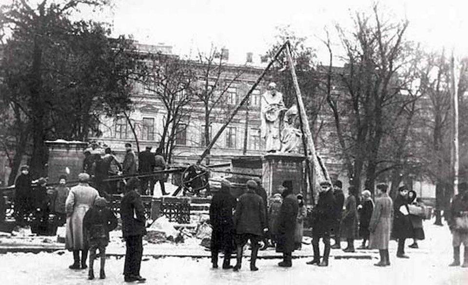 1926 рік. Перший пам'ятник зруйнували