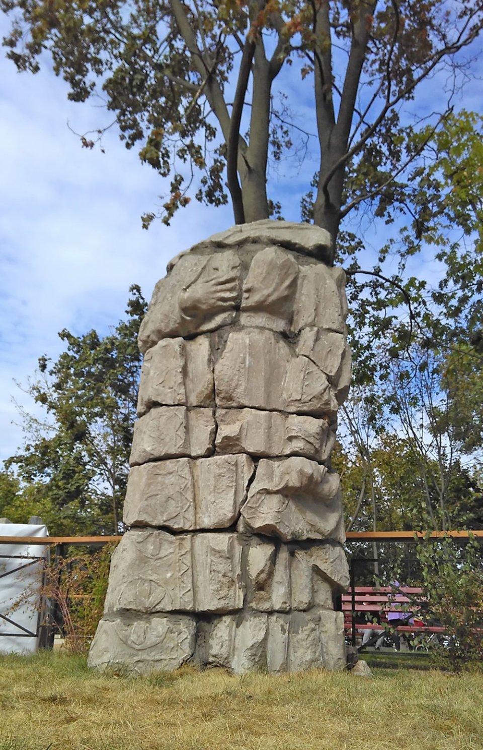 Залишки першого монумента княгині Ользі