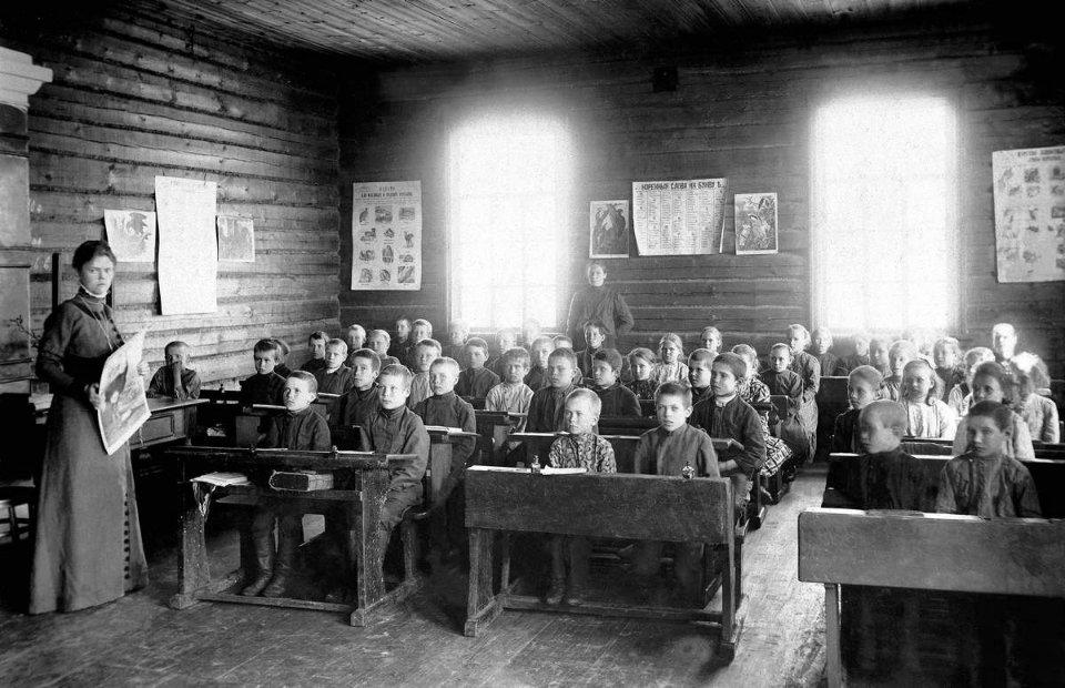 Напередодні Першої світової в українських губерніях Російської імперії нараховувалось майже 20 тис. початкових шкіл різного підпорядкування, в яких навчалися 1,5 млн учнів