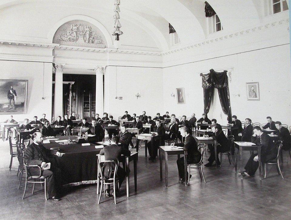 Учні Першої київської гімназії на випускному екзамені в актовій залі
