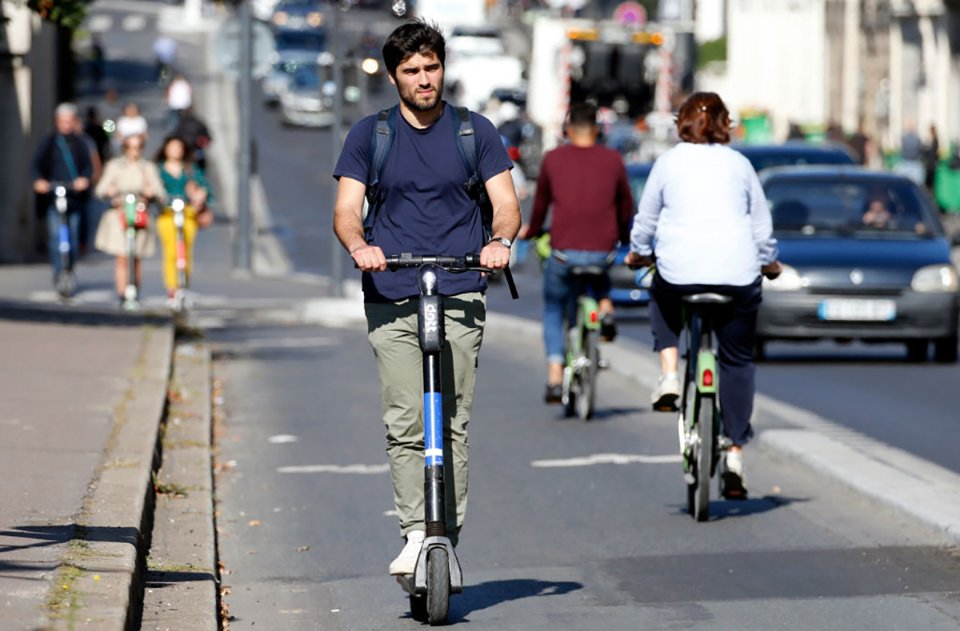 У Франції проїзд на електросамокаті по тротуару карається штрафом у 135 євро / Getty Images