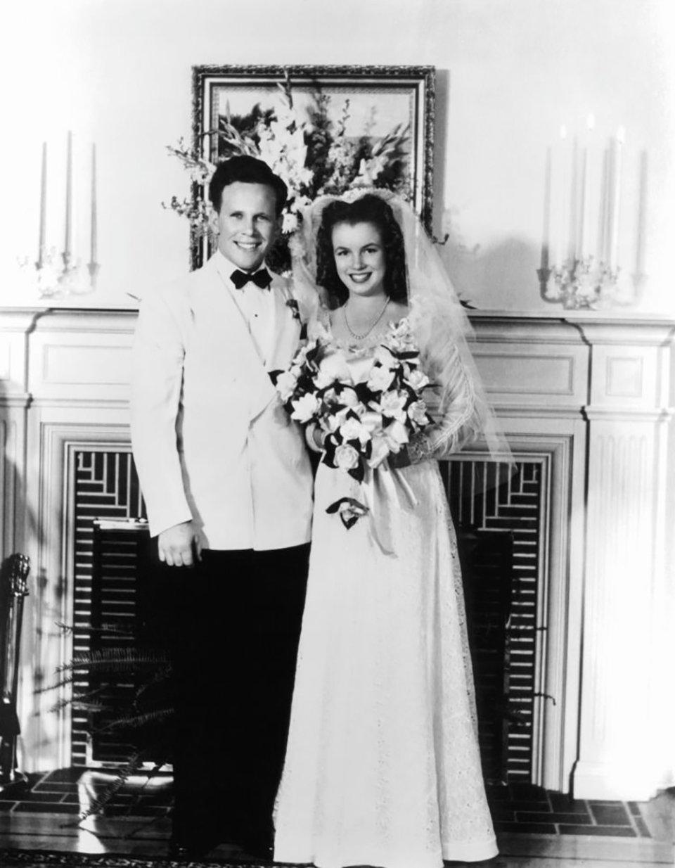 Мерілін Монро одружується зі своїм першим чоловіком, Джеймсом Догерті, 1942 рік / Getty Images