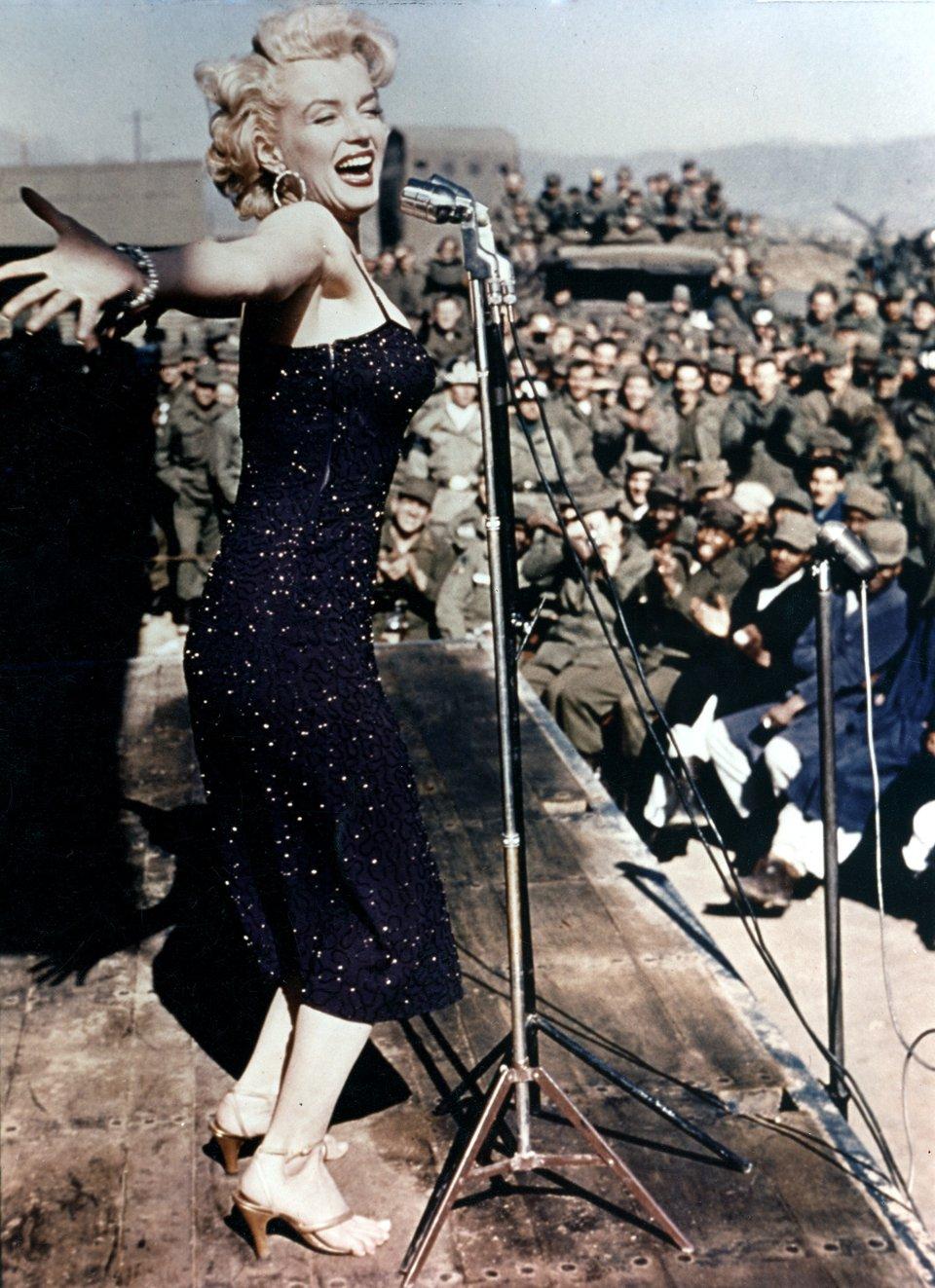 Мерілін Монро розважає американські війська під час туру в Корею, 1954 рік / Getty Images