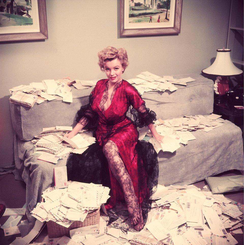 Мерилін Монро розбирає листи від шанувальників незабаром після виходу фільму «Асфальтові джунглі», 1950 рік / Getty Images
