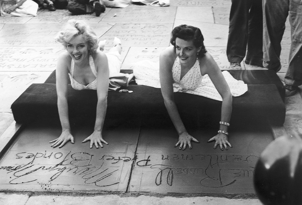 Монро та Джейн Расселл залишають відбитки рук на Алеї слави, просуваючи фільм «Джентльмени віддають перевагу блондинкам», 1953 рік / Getty Images