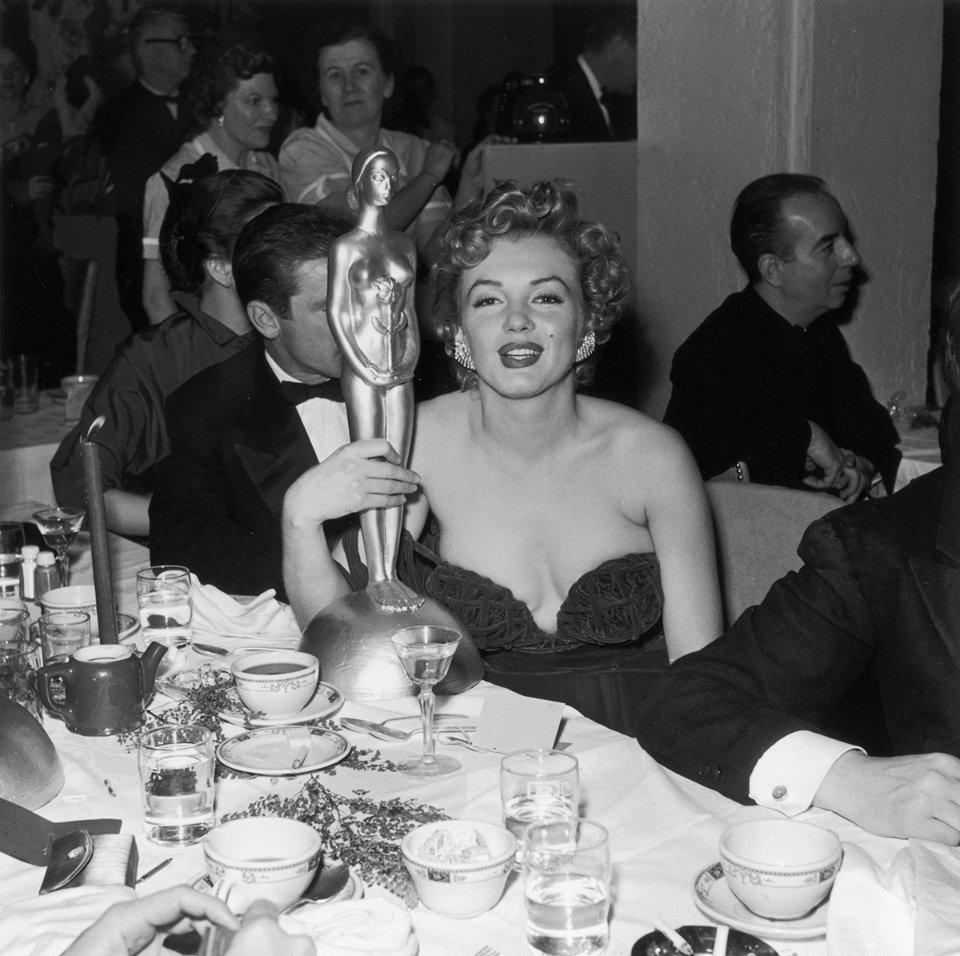 Монро зі статуеткою «Генрієта» на Першому міжнародному кінофестивалі в Голлівуді, 1952 рік / Getty Images