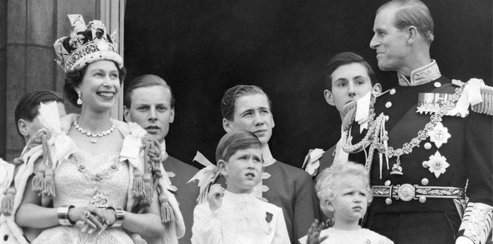 Королева із родиною на балконі Букінгемського палацу після коронації