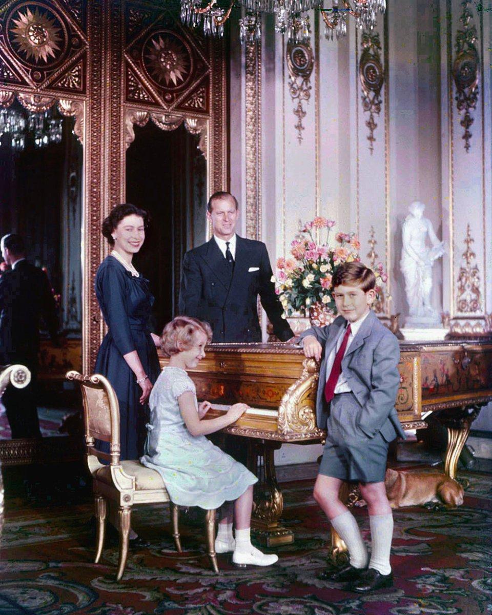 Єлизавета з чоловіком, принцем Філіпом, та дітьми Чарльзом та Анною