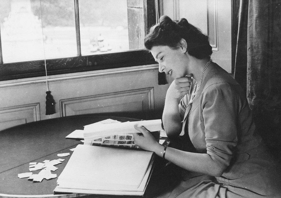 Єлизавета зі своєю колекцію марок, 1947 рік