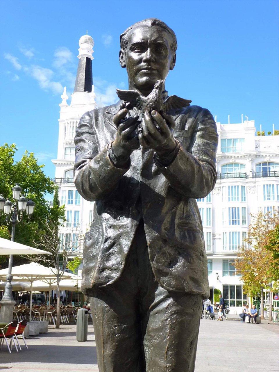 Статуя Гарсія Лорки встановлена на видному місці на мадридської площі Пласа-де-Санта-Ана