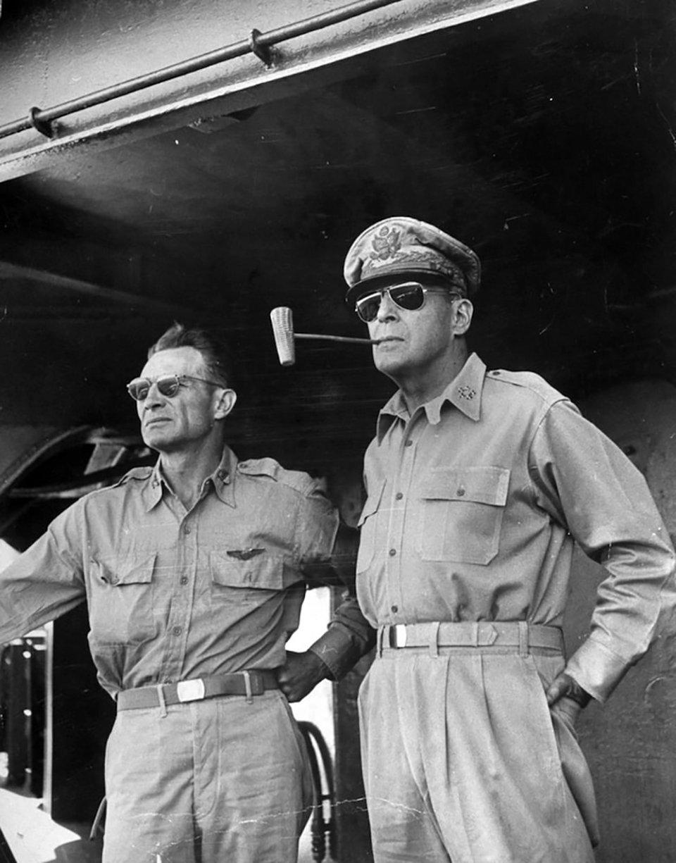 Американський генерал Дуглас Макартур носив окуляри, які потім назвали «авіатор»