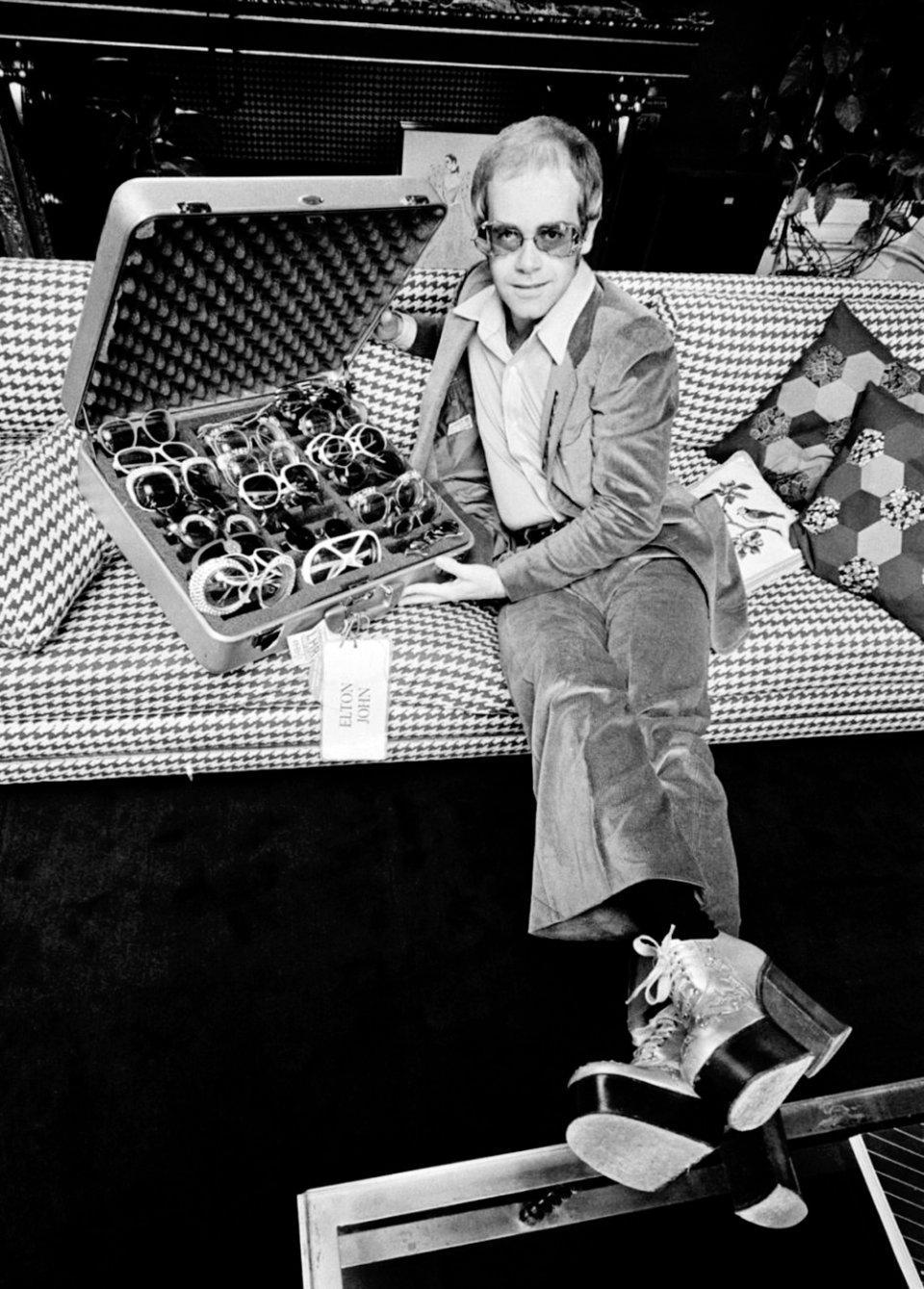 Елтон Джон зі своєю колекцією окулярів