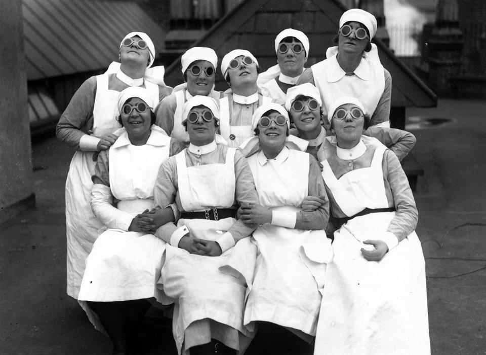 Медсестри в англійському Ланкастері в 1927 році дивляться на сонячне затемнення через спеціальні окуляри. Звичайні сонцезахисні окуляри для цього не підходять / Getty Images