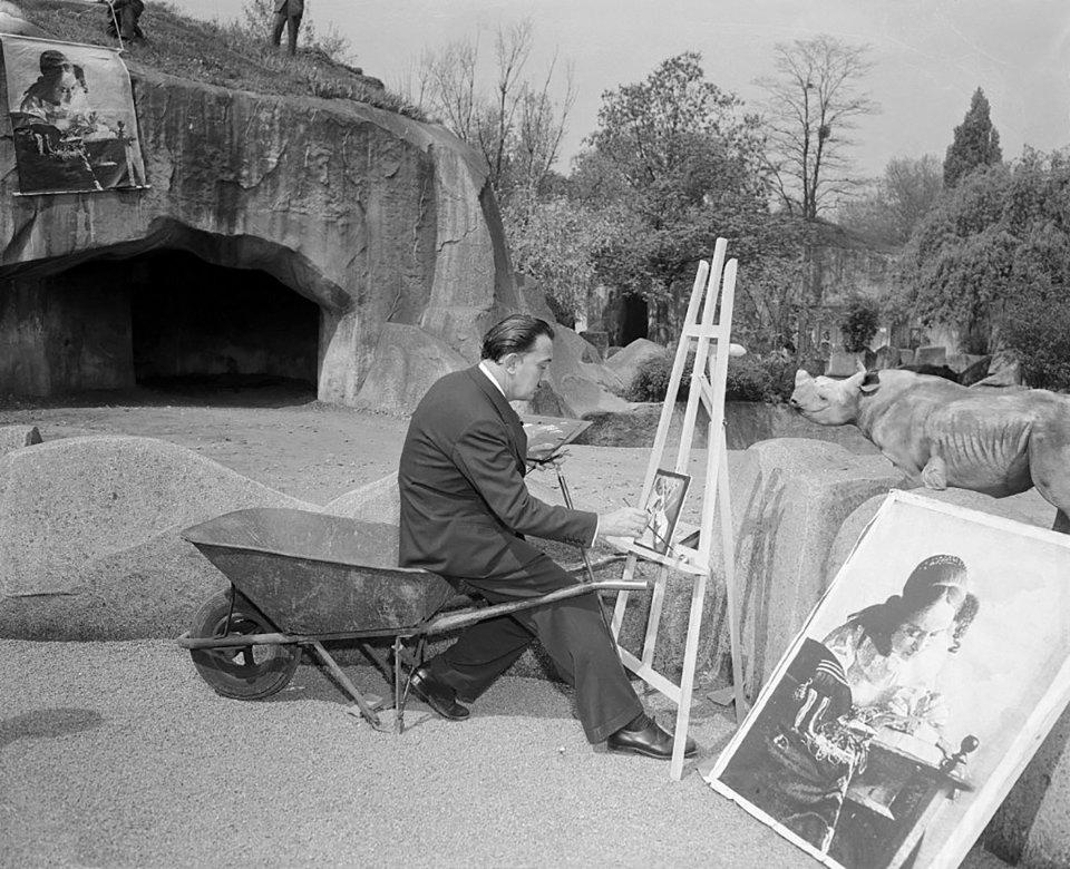 Сальвадор Далі працював у паризькому зоопарку, сидячі на тачці / Getty Images