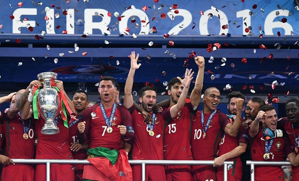 Грошима португальців теж засипали / Getty Images