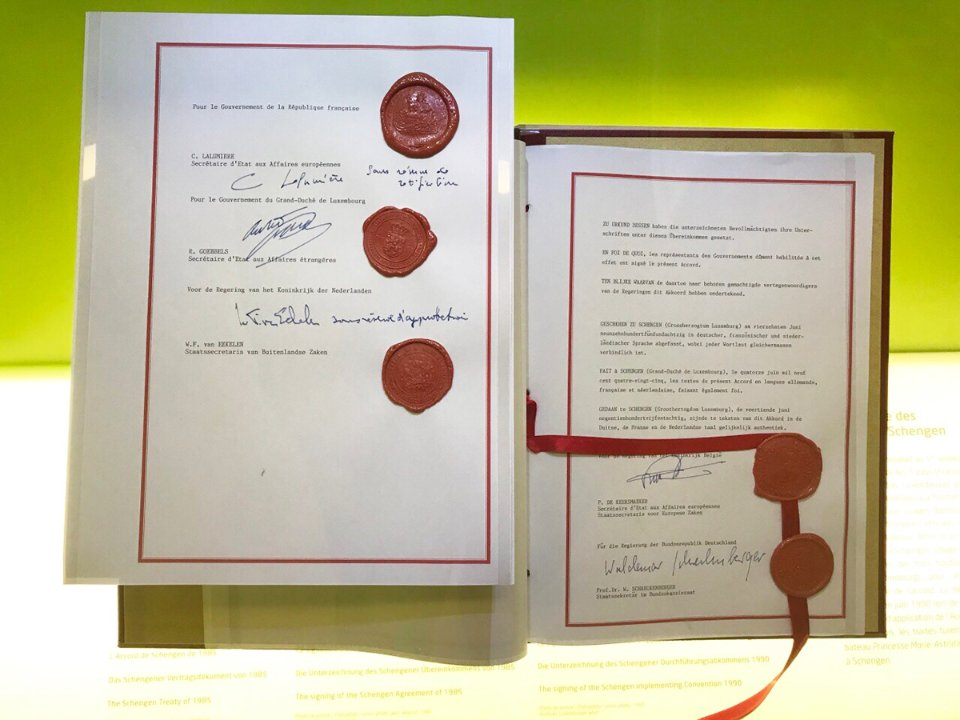 Шенгенська угода 1985 року з печатками країн-членів