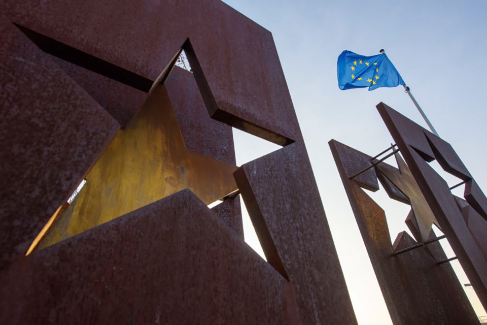 Прапор Євросоюзу майорить над пам'ятником Європі, Шенген, 2016 рік / Getty Images