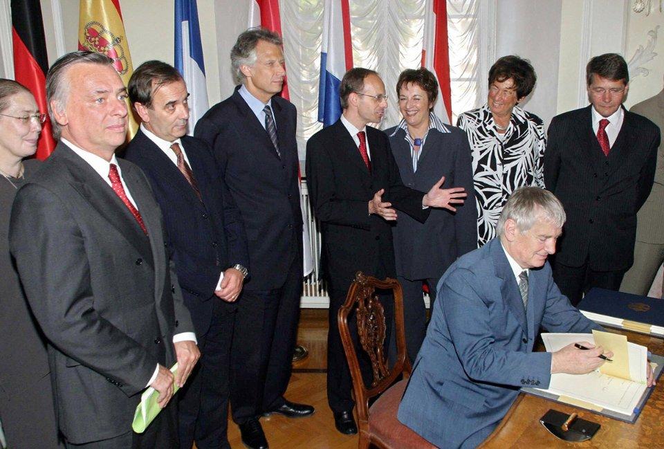 Отто Шилі, міністр внутрішніх справ Німеччини, підписує нову версію Шенгенської угоди у німецькому містечку Прюм у 2005 році /Getty Images