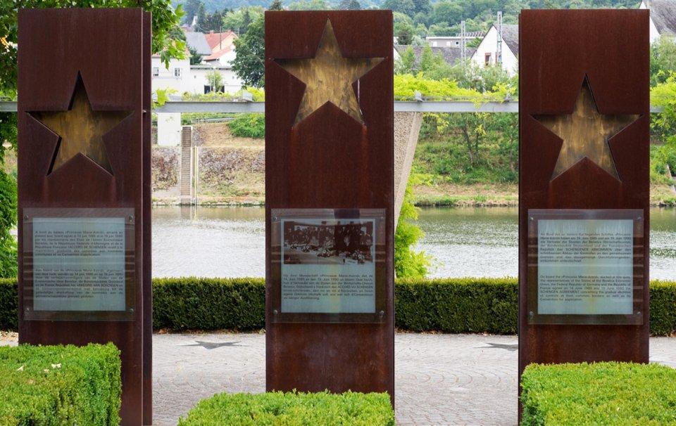 Стели із зірками на пам'ять про країни-засновниці Шенгену