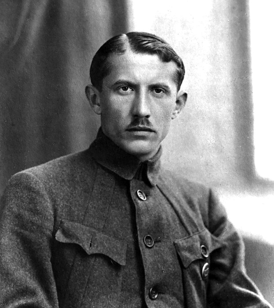 У російських ЗМІ можна зустріти твердження, що Коновалець відпустив вуса після зустрічі з Гітлером. Проте насправді він їх носив ще в часи, коли нацистів не існувало. На фото — Коновалець в 1918 році