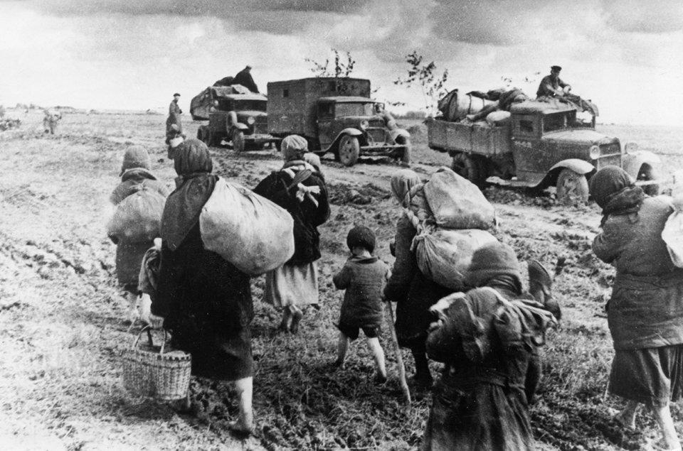 Українські біженці поспішають на Схід, а війська рухаються на Захід протистояти нацистам / Getty Images