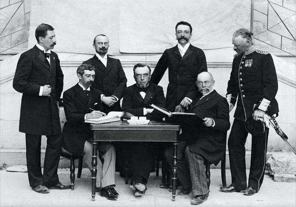 Кубертен, Вікелас та Бутовський (сидять), 1896 рік / IOC