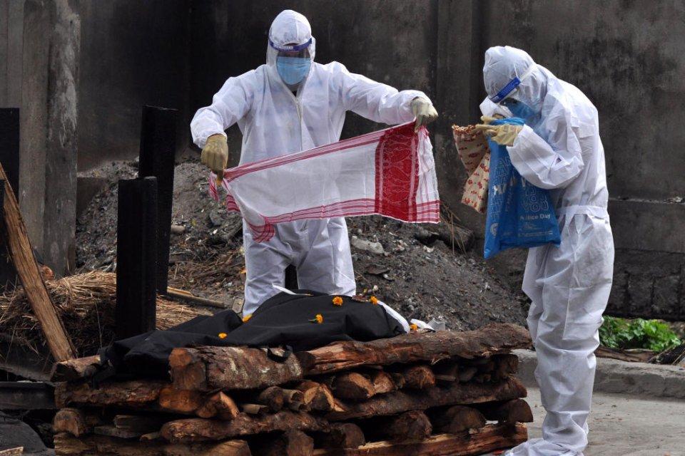 У Індії ховають померлого під час пандемії / Getty Images