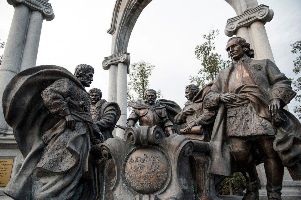 Скульптура група «Гетьмани. Молитва за Україну». Пам'ятник Пилипу Орлику другий праворуч