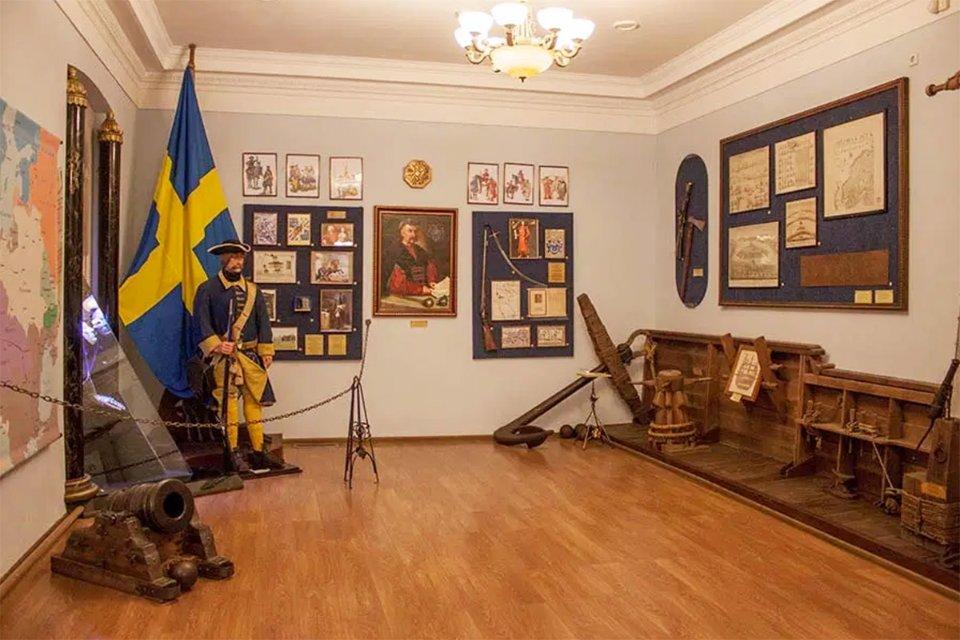 Восьмий виставковий зал Музею історії Полтавської битви. В центрі попереду портрет Пилипа Орлика