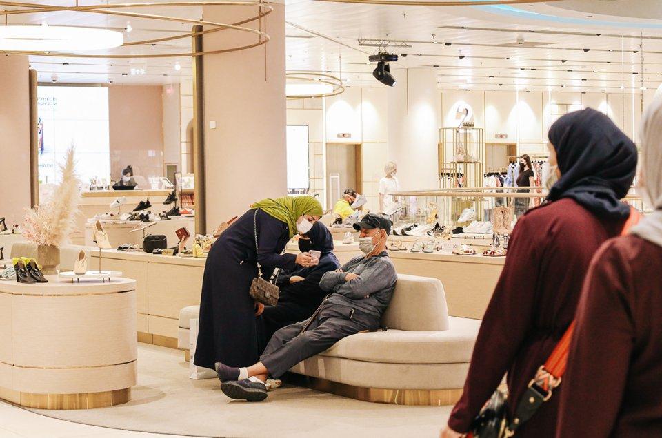 Туристи з Саудівської Аравії в київському ЦУМі / Іванна Зубович