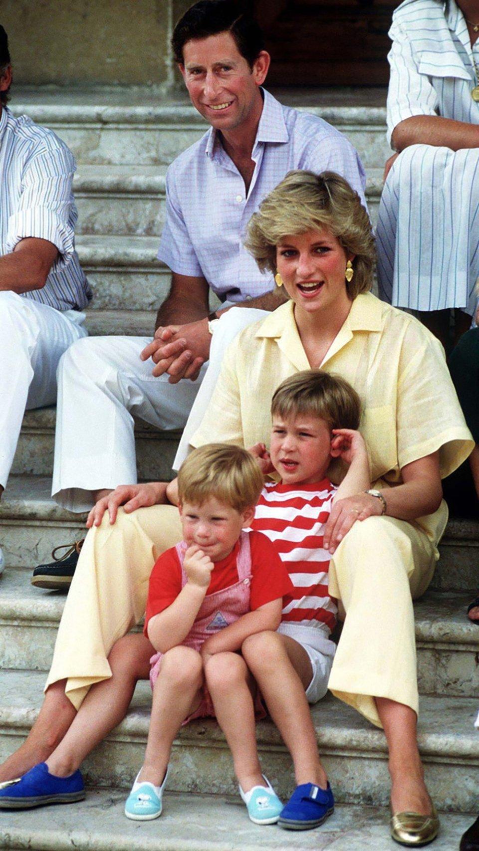 Діана з принцем Чарльзом та синами — Вільямом і Гаррі