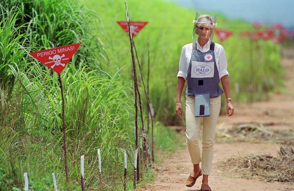 Діана в бронежилеті відвідує мінне поле в Анголі, яке розміновують благодійники / Getty Images