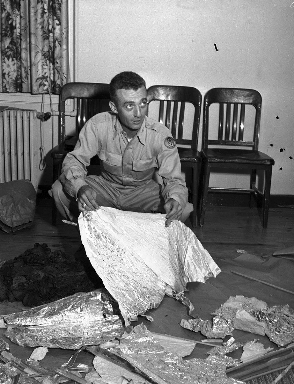 Майор Джессі Марсел і уламки літаючого об'єкта, 8 липня 1947 року )