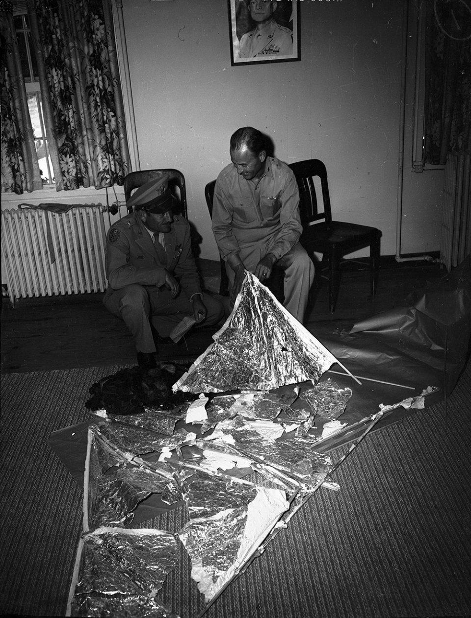 Бригадний генерал Роджер Реймі і полковник Томас Дюбоз з залишками чогось, Форт-Уерт, 8 липня 1947 року)