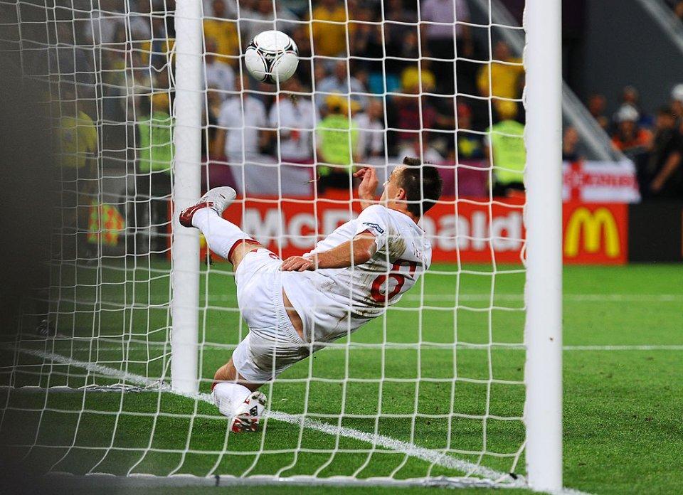 У матчі на Євро-2012 Джон Террі вибив м'яч вже з воріт, але гол не зарахували / Getty  Images